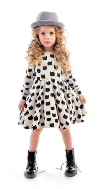 Wie kombinieren: weißes und schwarzes bedrucktes Kleid, schwarze Stiefel, grauer Hut