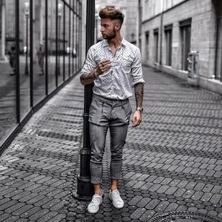 Wie kombinieren: weißes und schwarzes bedrucktes Langarmhemd, graue Chinohose, graue Leder niedrige Sneakers
