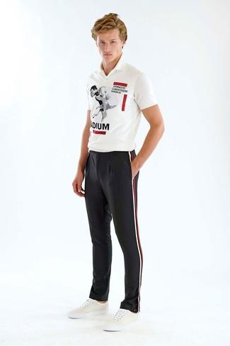 Wie kombinieren: weißes und schwarzes bedrucktes Polohemd, schwarze vertikal gestreifte Anzughose, weiße Leder niedrige Sneakers
