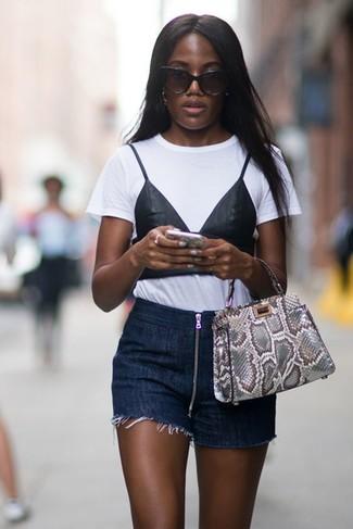 Wie kombinieren: weißes und schwarzes bedrucktes T-Shirt mit einem Rundhalsausschnitt, dunkelblaue Jeansshorts, graue Shopper Tasche aus Leder mit Schlangenmuster