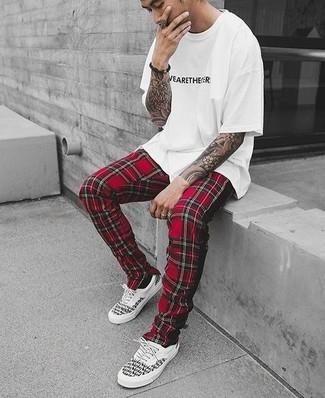 Wie kombinieren: weißes und schwarzes bedrucktes T-Shirt mit einem Rundhalsausschnitt, rote Jogginghose mit Schottenmuster, weiße und schwarze niedrige Sneakers