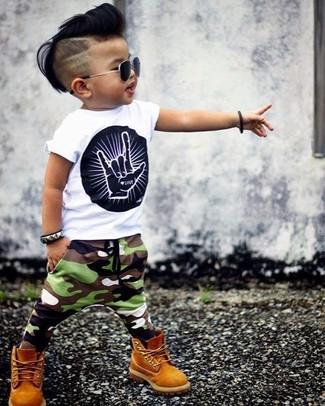 Wie kombinieren: weißes und schwarzes bedrucktes T-shirt, olivgrüne Camouflage Jogginghose, senf Stiefel