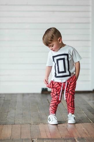 Wie kombinieren: weißes und schwarzes bedrucktes T-shirt, rote Jogginghose, weiße Turnschuhe