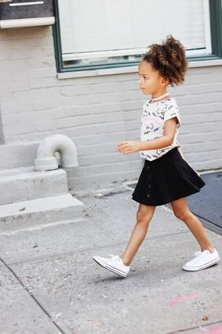 Wie kombinieren: weißes und schwarzes bedrucktes T-shirt, schwarzer Rock, weiße Turnschuhe