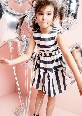 Wie kombinieren: weißes und schwarzes horizontal gestreiftes Kleid