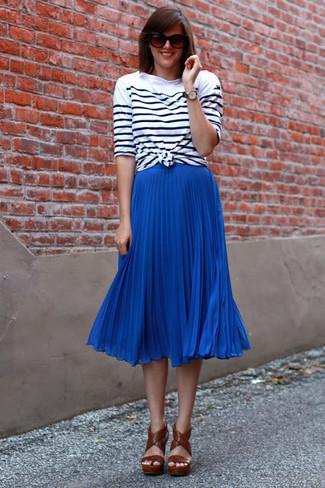 Wie kombinieren: weißes und schwarzes horizontal gestreiftes Langarmshirt, blauer Falten Midirock, braune Leder Sandaletten