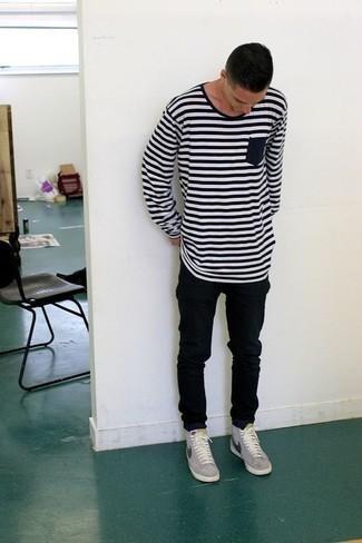 Wie kombinieren: weißes und schwarzes horizontal gestreiftes Langarmshirt, schwarze enge Jeans, graue niedrige Sneakers