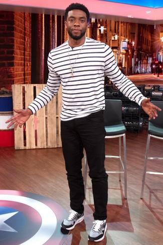 Wie kombinieren: weißes und schwarzes horizontal gestreiftes Langarmshirt, schwarze Jeans, graue Sportschuhe
