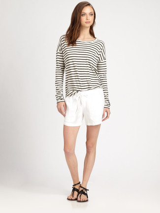 Wie kombinieren: weißes und schwarzes horizontal gestreiftes Langarmshirt, weiße Shorts, schwarze Leder Zehentrenner