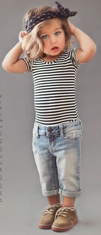 Wie kombinieren: weißes und schwarzes horizontal gestreiftes T-shirt, hellblaue Jeans, beige Chukka-Stiefel