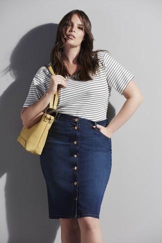 Weißes und schwarzes horizontal gestreiftes T-Shirt mit einem Rundhalsausschnitt kombinieren – 182 Damen Outfits: Möchten Sie ein frischen, entspanntes Outfit erhalten, ist die Paarung aus einem weißen und schwarzen horizontal gestreiften T-Shirt mit einem Rundhalsausschnitt und einem dunkelblauen Jeansrock mit knöpfen Ihre Wahl.