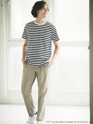 Wie kombinieren: weißes und schwarzes horizontal gestreiftes T-Shirt mit einem Rundhalsausschnitt, hellbeige Chinohose, weiße Leder niedrige Sneakers