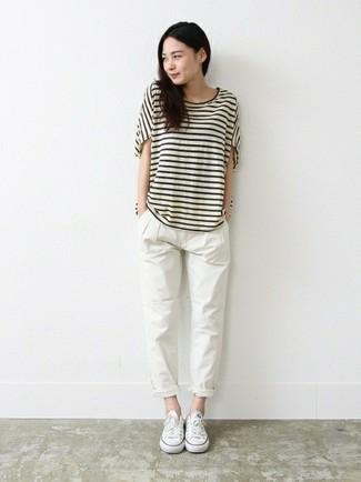 Wie kombinieren: weißes und schwarzes horizontal gestreiftes T-Shirt mit einem Rundhalsausschnitt, weiße Chinohose, weiße Segeltuch niedrige Sneakers