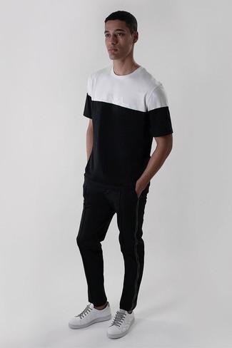 Schwarze Jogginghose kombinieren: lässige Outfits: trends 2020: Für ein bequemes Couch-Outfit, erwägen Sie das Tragen von einem weißen und schwarzen T-Shirt mit einem Rundhalsausschnitt und einer schwarzen Jogginghose. Fügen Sie weißen Leder niedrige Sneakers für ein unmittelbares Style-Upgrade zu Ihrem Look hinzu.