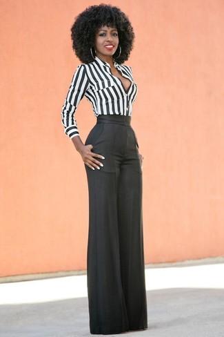 Wie kombinieren: weißes und schwarzes vertikal gestreiftes Businesshemd, schwarze weite Hose