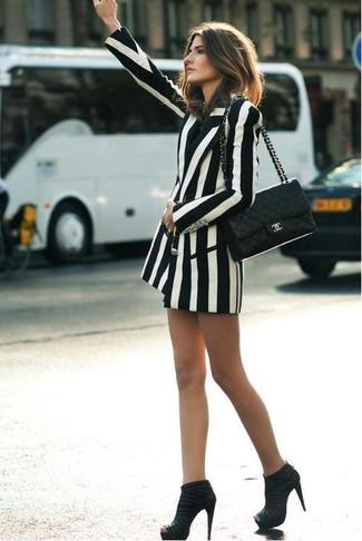 Weißes vertikal gestreiftes Zweireiher-Sakko kombinieren: Um einen schlichten aber stilsicheren Casual-Look zu schaffen, tragen Sie ein weißes vertikal gestreiftes Zweireiher-Sakko. Ergänzen Sie Ihr Look mit schwarzen Wildleder Stiefeletten.