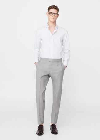 Wie kombinieren: weißes vertikal gestreiftes Businesshemd, graue Anzughose, dunkelbraune Monks aus Leder