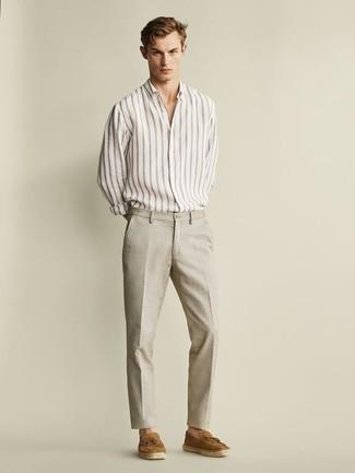 Herren Outfits & Modetrends 2020: Kombinieren Sie ein weißes vertikal gestreiftes Langarmhemd mit einer hellbeige Leinen Anzughose für einen stilvollen, eleganten Look. Beige Wildleder Slipper mit Quasten bringen klassische Ästhetik zum Ensemble.