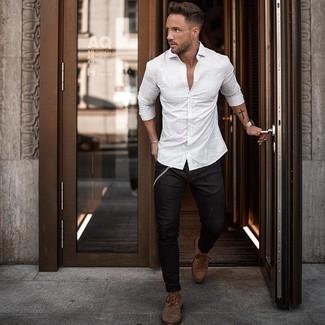 Wie kombinieren: weißes vertikal gestreiftes Langarmhemd, schwarze enge Jeans, braune Lederfreizeitstiefel