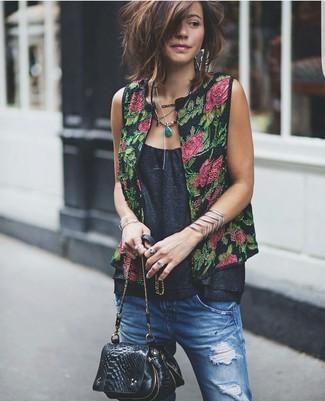 Wie kombinieren: schwarze Weste mit Blumenmuster, schwarzes ärmelloses Oberteil, blaue Boyfriend Jeans mit Destroyed-Effekten, schwarze Leder Umhängetasche mit Schlangenmuster