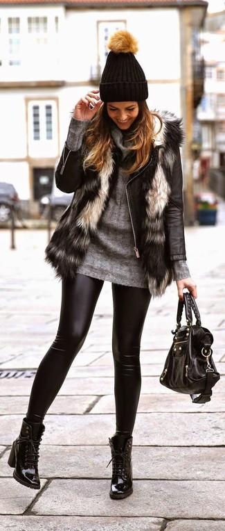 Dunkelgrauen Pullover mit einer weiten Rollkragen kombinieren – 36 Damen Outfits: Probieren Sie die Kombination aus einem dunkelgrauen Pullover mit einer weiten Rollkragen und schwarzen Lederleggings - mehr brauchen Sie nicht, um ein perfektes lässiges Alltags-Outfit zu zaubern. Fühlen Sie sich ideenreich? Wählen Sie schwarzen Schnürstiefeletten aus Leder.