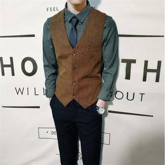 Herren Outfits & Modetrends: Machen Sie sich mit einer braunen Weste und einer schwarzen Chinohose einen verfeinerten, eleganten Stil zu Nutze.