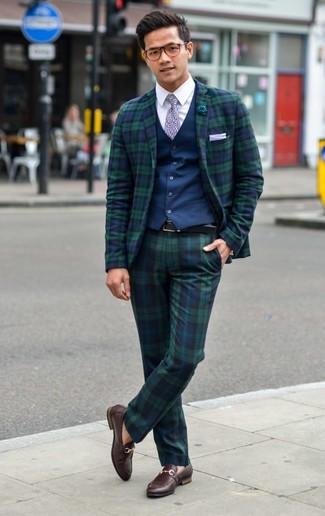Weißes bedrucktes Einstecktuch kombinieren: trends 2020: Erwägen Sie das Tragen von einer dunkelblauen Weste und einem weißen bedruckten Einstecktuch, um mühelos alles zu meistern, was auch immer der Tag bringen mag. Fühlen Sie sich mutig? Komplettieren Sie Ihr Outfit mit dunkelbraunen Leder Slippern.
