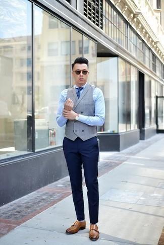 Graue Weste kombinieren: trends 2020: Kombinieren Sie eine graue Weste mit einer dunkelblauen Anzughose für eine klassischen und verfeinerte Silhouette. Fühlen Sie sich ideenreich? Ergänzen Sie Ihr Outfit mit rotbraunen Doppelmonks aus Leder.