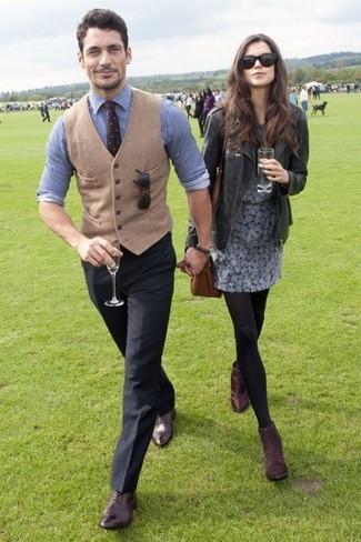 Wie kombinieren: beige Wollweste, weißes und blaues vertikal gestreiftes Businesshemd, schwarze Anzughose, braune Leder Oxford Schuhe