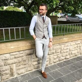 Braune Wildleder Slipper mit Quasten kombinieren – 500+ Herren Outfits: Kombinieren Sie eine graue Weste mit einer grauen Anzughose für eine klassischen und verfeinerte Silhouette. Fühlen Sie sich ideenreich? Komplettieren Sie Ihr Outfit mit braunen Wildleder Slippern mit Quasten.