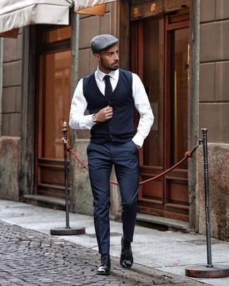Elegante kühl Wetter Outfits Herren 2020: Kombinieren Sie ein weißes Businesshemd mit einer dunkelblauen Anzughose, um vor Klasse und Perfektion zu strotzen. Fühlen Sie sich mutig? Entscheiden Sie sich für schwarzen Leder Brogues.