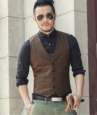 Wie kombinieren: dunkelbraune Weste, schwarzes Businesshemd, grüne Chinohose, schwarzer Ledergürtel