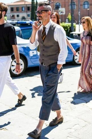 Braune horizontal gestreifte Krawatte kombinieren: trends 2020: Kombinieren Sie eine braune Wollweste mit einer braunen horizontal gestreiften Krawatte für einen stilvollen, eleganten Look. Suchen Sie nach leichtem Schuhwerk? Entscheiden Sie sich für braunen Wildleder Slipper mit Quasten für den Tag.