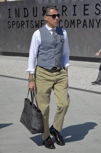 Dunkellila Leder Derby Schuhe kombinieren: trends 2020: Kombinieren Sie eine blaue Weste mit einer beige Chinohose für einen stilvollen, eleganten Look. Vervollständigen Sie Ihr Look mit dunkellila Leder Derby Schuhen.