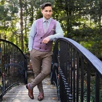 Weiße bedruckte Krawatte kombinieren – 11 Herren Outfits: Etwas Einfaches wie die Wahl von einer lila Weste und einer weißen bedruckten Krawatte kann Sie von der Menge abheben. Bringen Sie die Dinge durcheinander, indem Sie braunen Doppelmonks aus Leder mit diesem Outfit tragen.