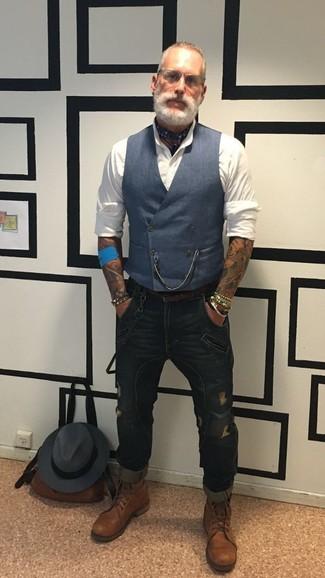 Wie kombinieren: dunkelblaue Weste, weißes Businesshemd, dunkelblaue enge Jeans mit Destroyed-Effekten, braune Lederfreizeitstiefel