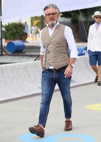 Wie kombinieren: hellbeige Weste, weißes Businesshemd, blaue enge Jeans, braune Leder niedrige Sneakers