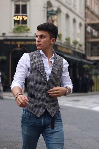 Wie kombinieren: weiße und schwarze Weste mit Hahnentritt-Muster, weißes Businesshemd, blaue enge Jeans, schwarzer Ledergürtel