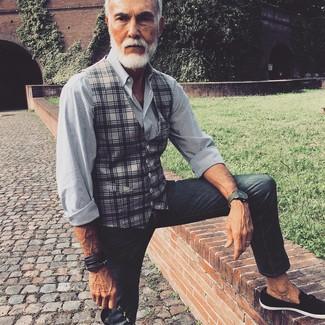 Wie kombinieren: graue Weste mit Schottenmuster, weißes und schwarzes vertikal gestreiftes Businesshemd, dunkelgraue enge Jeans, schwarze Wildleder Slipper mit Quasten