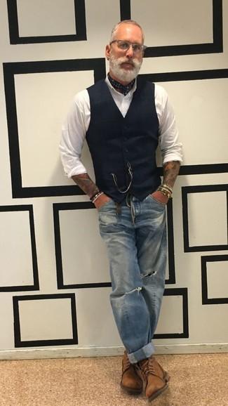 Wie kombinieren: schwarze Weste, weißes Businesshemd, blaue Jeans mit Destroyed-Effekten, braune Lederfreizeitstiefel