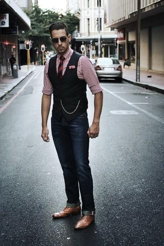 Rote und dunkelblaue vertikal gestreifte Krawatte kombinieren: trends 2020: Entscheiden Sie sich für eine schwarze Weste und eine rote und dunkelblaue vertikal gestreifte Krawatte für eine klassischen und verfeinerte Silhouette. Fühlen Sie sich ideenreich? Vervollständigen Sie Ihr Outfit mit braunen Leder Oxford Schuhen.