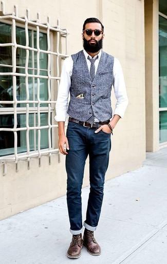 Dunkelbraune Lederfreizeitstiefel kombinieren für Frühling: trends 2020: Geben Sie den bestmöglichen Look ab in einer blauen Weste und dunkelblauen Jeans. Wenn Sie nicht durch und durch formal auftreten möchten, entscheiden Sie sich für eine dunkelbraune Lederfreizeitstiefel. Dieses Outfit eignet sich hervorragend für die Übergangszeit.