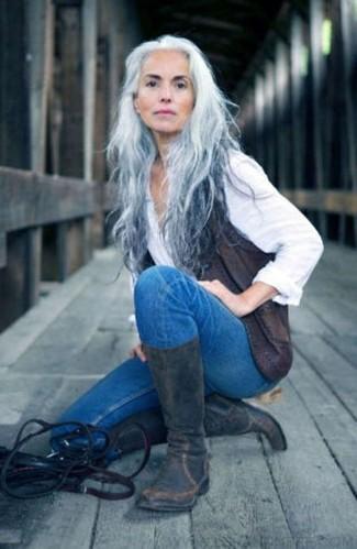 Wie kombinieren: dunkelgraue Lederweste, weißes Businesshemd, blaue enge Jeans, dunkelgraue Leder mittelalte Stiefel