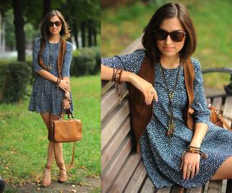 Wie kombinieren: braune Wildlederweste, dunkelblaues und weißes bedrucktes Freizeitkleid, braune Wildleder Sandaletten, braune Satchel-Tasche aus Leder