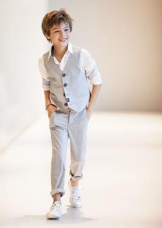 Wie kombinieren: graue Weste, weißes Langarmhemd, graue Hose, weiße Turnschuhe