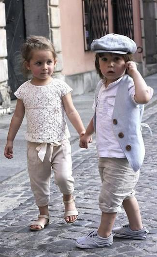 Wie kombinieren: graue Weste, weißes Langarmshirt, hellbeige Shorts, graue Turnschuhe