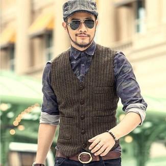 Wie kombinieren: olivgrüne Wollweste, dunkelblaues Camouflage Jeanshemd, schwarze Jeans, graue Schiebermütze mit Schottenmuster