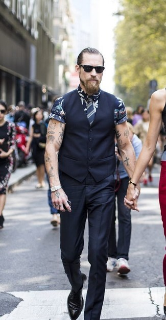 Wie kombinieren: schwarze Weste, dunkelblaues Kurzarmhemd mit Blumenmuster, schwarze Anzughose, schwarze Leder Derby Schuhe