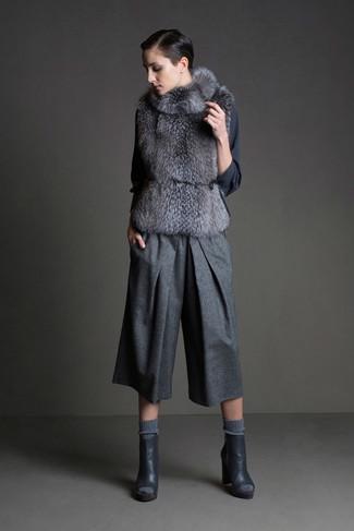 Eine graue Pelzweste und ein grauer Wollhosenrock sind Alltags-Essentials, die Ihrer Garderobe mühelossen Stil verleihen. Dunkelgraue leder stiefeletten mit ausschnitten sind eine ideale Wahl, um dieses Outfit zu vervollständigen.