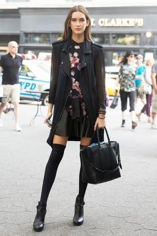 Skaterrock kombinieren – 500+ Damen Outfits: Um einen interessanten Casual-Look zu erzielen, sind eine schwarze Weste und ein Skaterrock ganz perfekt geeignet. Dieses Outfit passt hervorragend zusammen mit schwarzen Leder Stiefeletten.